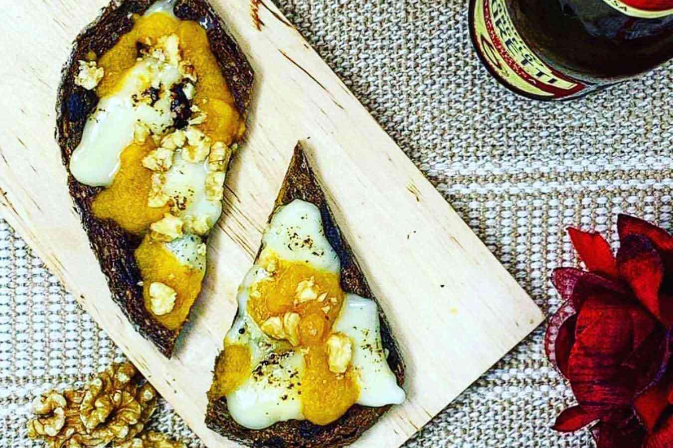 Bruschette zucca, noci e gorgonzola piccante