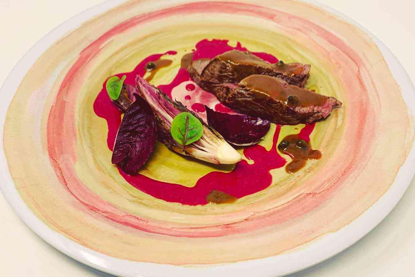Filetto di Manzo al pepe verde, radicchio e salsa alla barbabietola