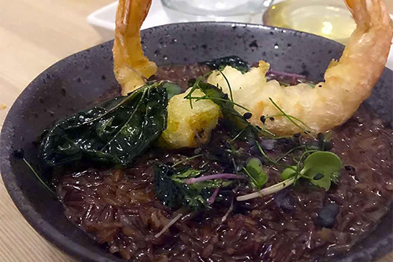 Risotto rosso integrale e tempura di gamberi