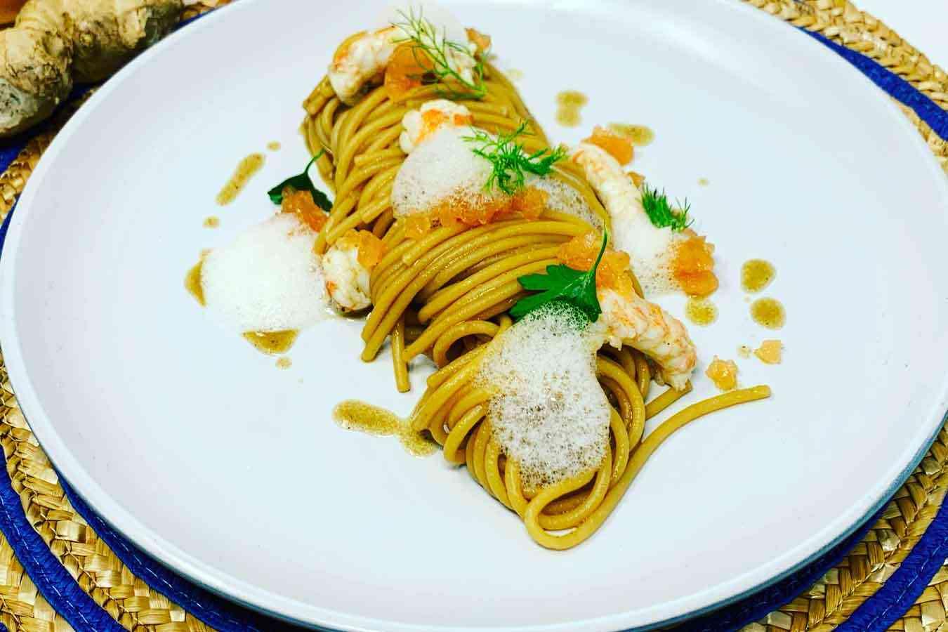 Vermicelli all'aglio nero con scampi, pompelmo e aria di zenzero